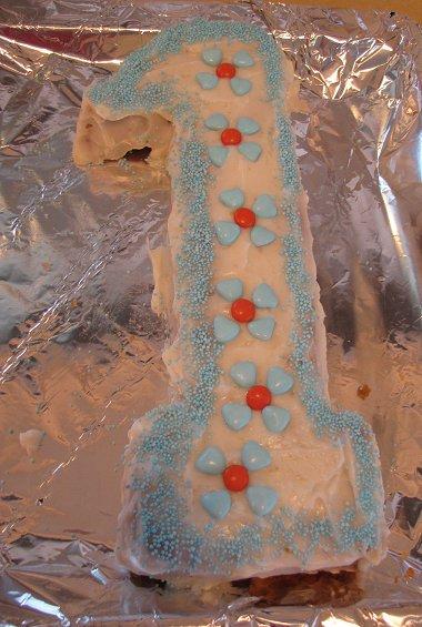 העוגה מקושטת