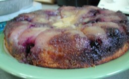 עוגת אגסים ופירות יער הפוכה