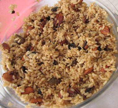 אורז מלא עם אגוזים וצימוקים מקורמלים