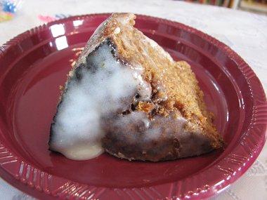 חתיכת עוגת גזר עם ציפו קרם גבינת שמנת