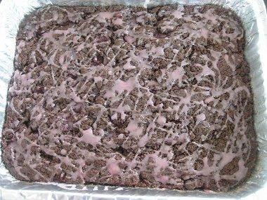 עוגת שוקולד ודובדבנים עם זיגוג ורוד