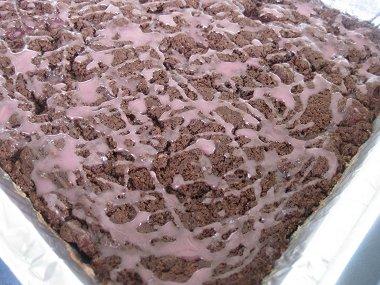 עוגת שוקולד ודובדבנים עם זיגוג ורוד-קלוז אפ