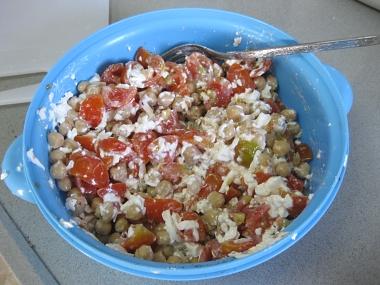סלט גרגירי חומוס, עגבניות שרי ופטה