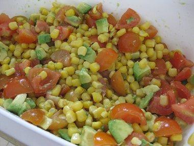 סלט תירס, אבוקדו ועגבניות שרי