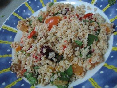 סלט קוסקוס, עגבניות, עשבי תיבול ופירות יבשים