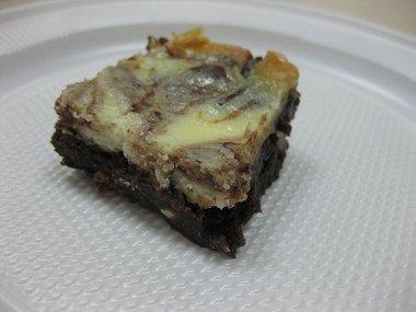 בראוניז עם שוקולד צ'יפס לבן ומערבולת גבינת שמנת