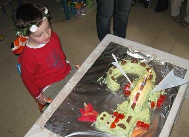 חתן השמחה עם העוגה