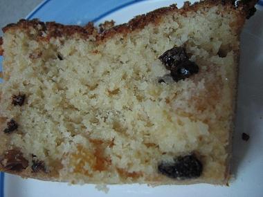 פרוסת עוגה, משובצת בפירות יבשים ושוקולד צ'יפס
