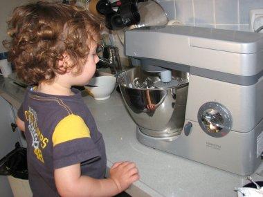 אייל מכין עוגת ריקוטה