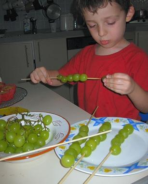 אייל מכין שיפודי ענבים קפואים