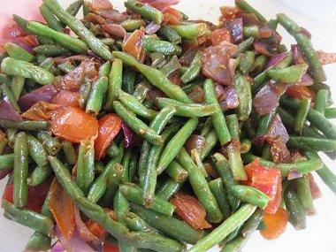 שעועית ירוקה עם עגבניות שרי ובצל סגול