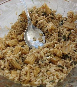 אורז מלא עם תירס גמדי ובצל ירוק