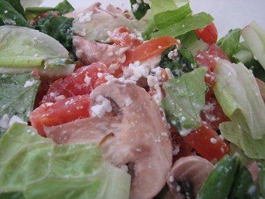 סלט חסה, עגבניות, פטריות ובולגרית