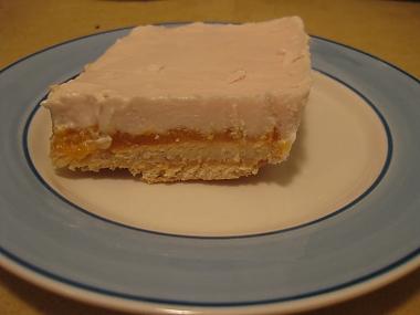 עוגת ביסקוויטים, גבינה ומשמשים קרה ללא אפיה