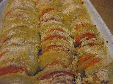 שכבות תפוחי אדמה ובטטות אפויים בתנור בציפוי קמח מצה