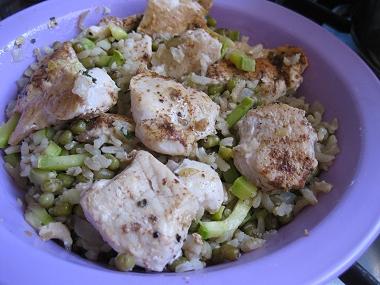 האורז יחד עם קוביות חזה עוף