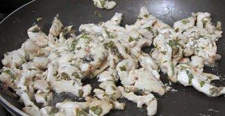 רצועות חזה עוף בפטרוזיליה ורוטב צ'ילי מתוק