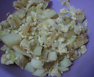 ביצים מקושקשות עם תפוחי אדמה וכרישה