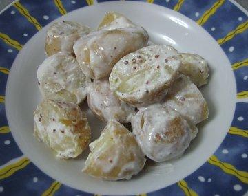 סלט תפוחי אדמה ברוטב שמנת חמוצה וחרדל