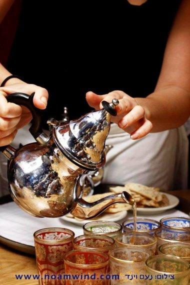 מוזגת התה, צילום של נעם וינד