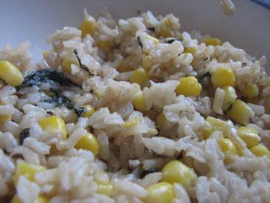 אורז מלא לימוני עם תירס ובזיליקום