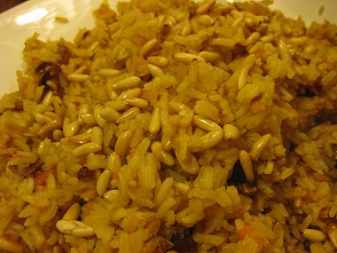 אורז עם בצל, גזר, חמוציות מיובשות וצנוברים