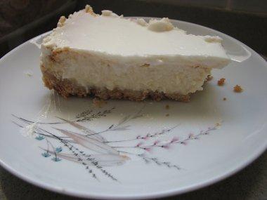 פרוסת עוגת גבינה. שימו לב לשכבות.