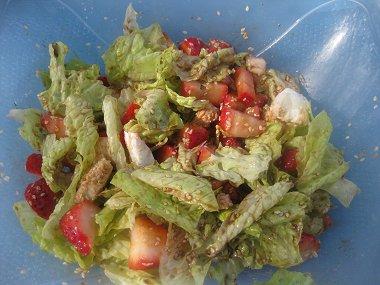 סלט חסה עם תותים ומוצרלה