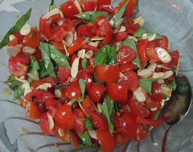 סלט עגבניות, בזיליקום ושקדים