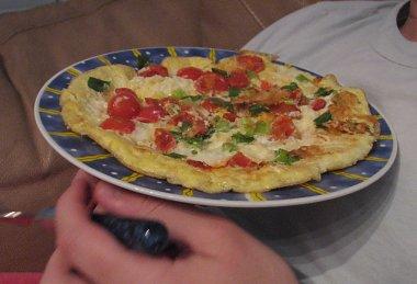 חביתת גבינות, עגבניות ובצל ירוק