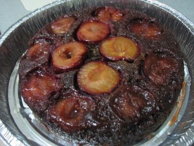 עוגת שזיפים ואגוזי לוז הפוכה